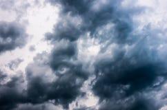 Onweerswolken in de donkere hemel, natuurlijke achtergrond Royalty-vrije Stock Foto