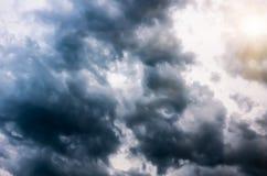 Onweerswolken in de donkere hemel, natuurlijke achtergrond Stock Afbeeldingen