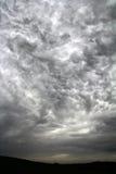 Onweerswolken in de hemel Stock Fotografie
