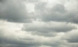 Onweerswolken in de hemel Stock Foto's