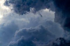 Onweerswolken in de hemel macht Gevaar sterkte Stock Foto