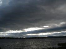 Onweerswolken in de Ural-hemel royalty-vrije stock foto