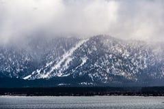 Onweerswolken die de Siërra bergen, de oever behandelen van Meer Tahoe zichtbaar in de voorgrond royalty-vrije stock foto's