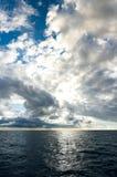 Onweerswolken die over donkerblauwe oceaan opbouwen stock foto's