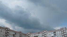 Onweerswolken die zich over de Tijdspanne Met meerdere verdiepingen van de Gebouwentijd bewegen stock video