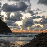 Onweerswolken en oceaan bij zonsopgang Stock Foto's