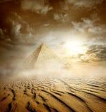 Onweerswolken en piramides stock fotografie