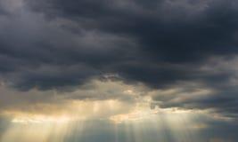 Onweerswolken en zonnestralen Royalty-vrije Stock Foto's