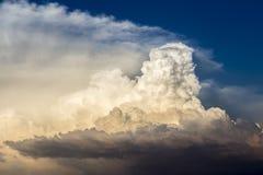 Onweerswolken gebaad in zonsonderganglicht Stock Foto
