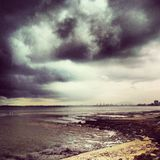 Onweerswolken langs stranden in Penang-Eiland Maleisië Stock Foto's