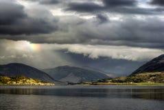 Onweerswolken met regenboog, Loch Bezem, Hooglanden, Ullapool. Hooglanden, Schotland Stock Fotografie