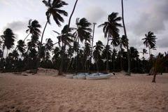 Onweerswolken, onweer die over de oceaan, dramatische wolken na de lijn van de onweerskust overgaan stock fotografie