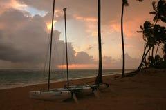 Onweerswolken, onweer die over de oceaan, dramatische wolken na de lijn van de onweerskust overgaan royalty-vrije stock foto's