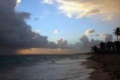 Onweerswolken, onweer die over de oceaan, dramatische wolken na de lijn van de onweerskust overgaan stock afbeeldingen