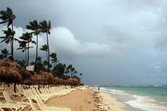 Onweerswolken, onweer die over de oceaan, dramatische wolken na de lijn van de onweerskust overgaan royalty-vrije stock afbeeldingen