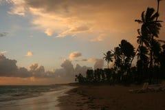 Onweerswolken, onweer die over de oceaan, dramatische wolken na de lijn van de onweerskust overgaan royalty-vrije stock foto