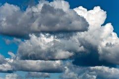 Onweerswolken op blauwe hemel Royalty-vrije Stock Fotografie