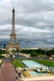 Onweerswolken op de Toren van Eiffel Stock Fotografie