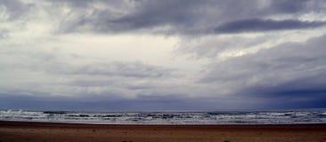 Onweerswolken op Horizontranskei strand Stock Foto's