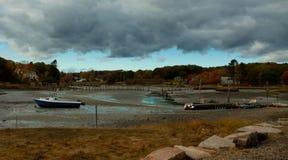 Onweerswolken over boten at low tide Royalty-vrije Stock Afbeeldingen