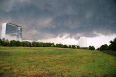 Onweerswolken over bureaugebouwen Royalty-vrije Stock Fotografie