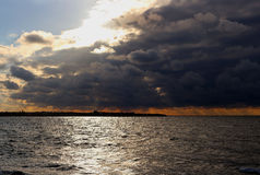Onweerswolken over de kust van de Zwarte Zee bij avondzonsondergang Royalty-vrije Stock Foto