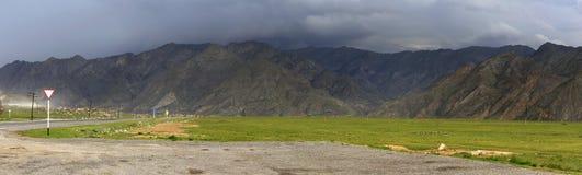 Onweerswolken over de rand van het Noordenchuya van Altai Stock Foto's
