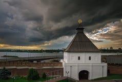 Onweerswolken over de stad worden geregeld die Stock Afbeelding
