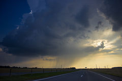 Onweerswolken over de weg Stock Foto's