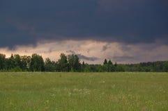 Onweerswolken over de zomerlandschap Royalty-vrije Stock Afbeelding