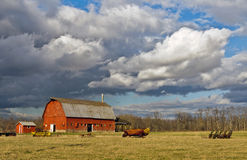 Onweerswolken over een landbouwbedrijf stock foto's