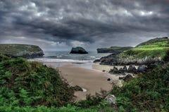 Onweerswolken over een strand Stock Fotografie