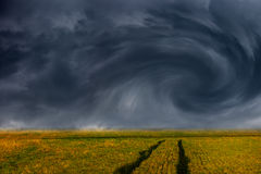 Onweerswolken over gebied Royalty-vrije Stock Foto