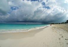 Onweerswolken over het strand Royalty-vrije Stock Afbeeldingen