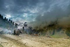 Onweerswolken over Himalayan-bergen Royalty-vrije Stock Afbeeldingen