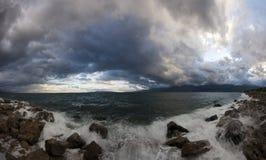 Onweerswolken over kustlijn Stock Afbeelding