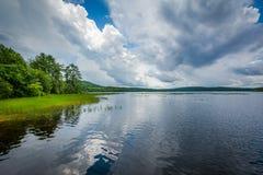 Onweerswolken over Massabesic-Meer, in Kastanjebruin, New Hampshire Stock Foto