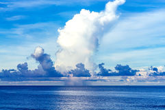Onweerswolken over mooie baai Stock Foto's