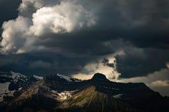 Onweerswolken over sneeuwbergen in het Nationale Park van Banff Royalty-vrije Stock Foto's