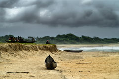 Onweerswolken over strand Stock Foto