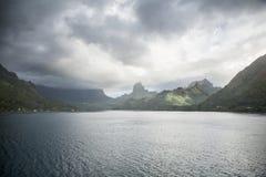 Onweerswolken over tropisch eiland Stock Foto's