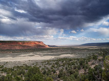 Onweerswolken over woestijncanion Stock Foto