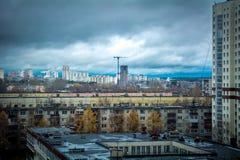 Onweerswolken in stad Royalty-vrije Stock Foto's