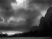 Onweerswolken tegen tropische bergen Royalty-vrije Stock Afbeelding