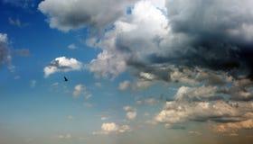 Onweerswolken v??r de regen Mooie blauwe en grijze hemel royalty-vrije stock afbeeldingen