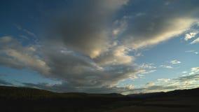 Onweerswolkenstroom over de kleurrijke vallei stock footage