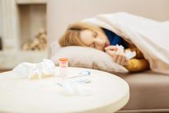 Onwel vrouw die een dutje nemen spoedig terug te krijgen Stock Foto