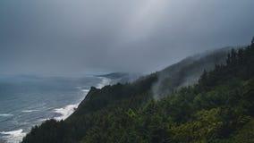 Onweren die de kustlijn van Oregon verlengen Stock Foto's