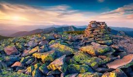 Onwerkelijk berglandschap in laatste stralen van de zon Stock Afbeelding