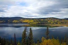 Onwerkelijke waterkleur en duidelijkheid bij Boya-Meer Provinciaal Park, BC stock fotografie